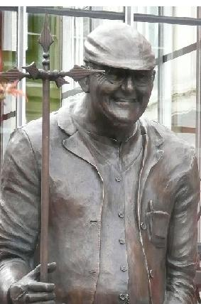 https://static.tvtropes.org/pmwiki/pub/images/aaaaafred_dibnah_statue_4026.jpg