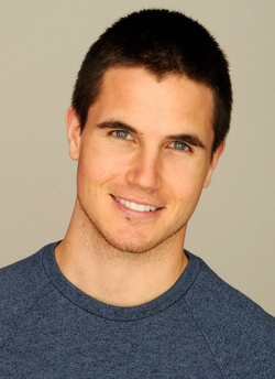 https://static.tvtropes.org/pmwiki/pub/images/robbie_amell.png