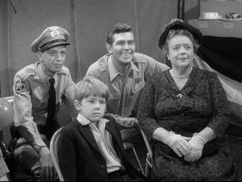 https://static.tvtropes.org/pmwiki/pub/images/the_andy_griffith_show_main_cast.jpg